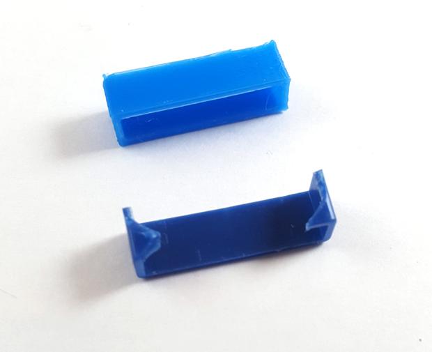 Pièce originale en bleu foncé, nouvelle pièce en bleu clair